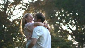 A jovem mulher que salta em seus braços dos maridos video estoque