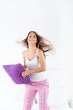 A jovem mulher que salta na cama Fotos de Stock Royalty Free