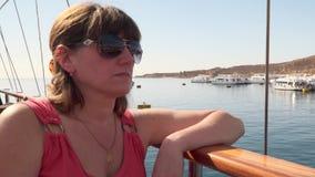 Jovem mulher que senta-se a bordo do iate filme