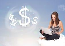 Jovem mulher que senta-se na nuvem ao lado dos sinais de dólar da nuvem Foto de Stock