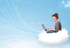 Jovem mulher que senta-se na nuvem com portátil Fotografia de Stock Royalty Free