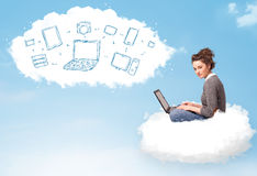 Jovem mulher que senta-se na nuvem com portátil Imagem de Stock Royalty Free
