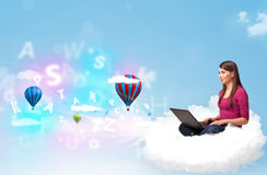 Jovem mulher que senta-se na nuvem com portátil Imagens de Stock Royalty Free