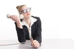 Jovem mulher que senta-se no computador irritado Fotografia de Stock Royalty Free