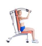 Jovem mulher que senta-se no exercitador Imagens de Stock Royalty Free