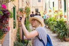 Jovem mulher que sightseeing e que fotografa fotografia de stock royalty free