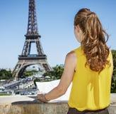 Jovem mulher que sightseeing na frente da torre Eiffel em Paris foto de stock royalty free