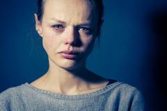 Jovem mulher que sofre da depressão/ansiedade/tristeza severas Fotos de Stock Royalty Free