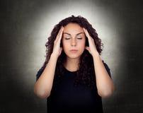 Jovem mulher que sofre da dor de cabeça Fotos de Stock Royalty Free