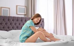 Jovem mulher que sofre da dor de pé Imagem de Stock