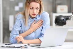 Jovem mulher que sofre da dor no peito foto de stock