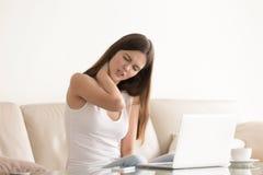 Jovem mulher que sofre da dor no pescoço tenso imagem de stock royalty free