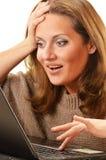 Jovem mulher que surfa no Internet Fotografia de Stock