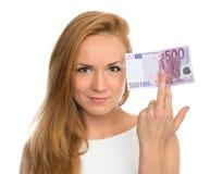Jovem mulher que sustenta o dinheiro do dinheiro cinco cem euro Fotos de Stock