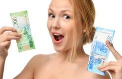 Jovem mulher que sustenta o dinheiro do dinheiro dois mil e cem vencedores disponivéis das notas dos rublos de russo surpreendido Imagens de Stock Royalty Free