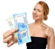 Jovem mulher que sustenta o dinheiro do dinheiro dois mil e cem vencedores disponivéis das notas dos rublos de russo surpreendido Fotos de Stock Royalty Free