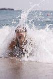 Jovem mulher que tem algum divertimento em ondas de oceano foto de stock royalty free