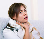 Jovem mulher que tem a amidalite doentio pesada Foto de Stock Royalty Free