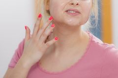 Jovem mulher que tem a máscara do gel na cara fotografia de stock royalty free