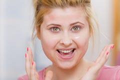 Jovem mulher que tem a máscara do gel na cara imagem de stock royalty free