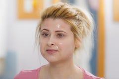 Jovem mulher que tem a máscara do gel na cara imagens de stock royalty free