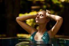Jovem mulher que tem o bom tempo na natação Fotografia de Stock Royalty Free