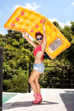 Jovem mulher que tem o divertimento com colchão amarelo imagens de stock