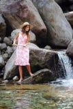 Jovem mulher que tem o divertimento em um rio Imagens de Stock