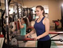 Jovem mulher que tem o exercício da aptidão Imagem de Stock