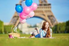 Jovem mulher que tem o piquenique perto da torre Eiffel em Paris, França Fotos de Stock Royalty Free