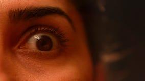 jovem mulher que tem os olhos loucos video estoque