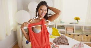 Jovem mulher que tenta figurar para fora que vestir Imagem de Stock Royalty Free