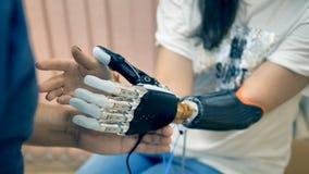 Jovem mulher que tenta a prótese biônico sem fio 4K video estoque