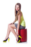 Jovem mulher que tenta sapatas novas Foto de Stock