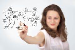 Jovem mulher que tira um mapa social no whiteboard fotografia de stock royalty free