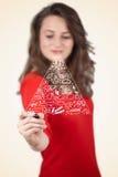 Jovem mulher que tira uma pirâmide de alimento no whiteboard Imagem de Stock