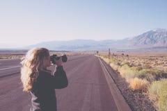 Jovem mulher que toma fotos da natureza em Califórnia foto de stock royalty free