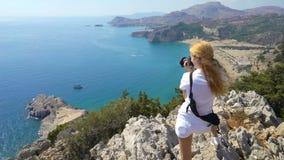 Jovem mulher que toma imagens da paisagem mediterrânea vídeos de arquivo