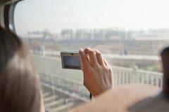 Jovem mulher que toma a janela do trem da parte externa das fotografias Imagens de Stock Royalty Free