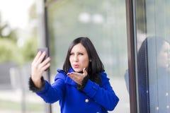 Jovem mulher que toma um selfie Fotos de Stock