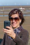 Jovem mulher que toma um Selfie em uma praia Foto de Stock