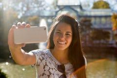 Jovem mulher que toma um selfie no parque de Retiro, Madri Fotografia de Stock Royalty Free