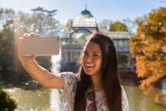 Jovem mulher que toma um selfie no parque de Retiro, Madri Fotos de Stock