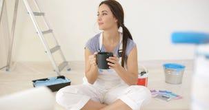 Jovem mulher que toma uma ruptura de café foto de stock royalty free
