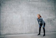 Jovem mulher que toma uma ruptura do exercício fora fotos de stock