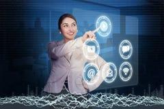 Jovem mulher que trabalha com alto-tecnologia imagem de stock royalty free