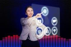 Jovem mulher que trabalha com alto-tecnologia fotos de stock