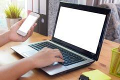 Jovem mulher que trabalha da casa usando o telefone esperto foto de stock royalty free