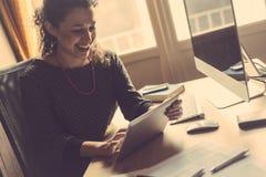 Jovem mulher que trabalha em casa Imagens de Stock Royalty Free