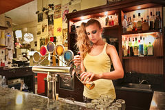 Jovem mulher que trabalha em um bar Imagem de Stock Royalty Free